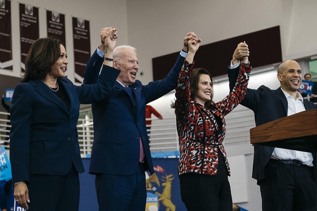 Kamala Harris, Kalifornia szenátora, Joe Biden, Gretchen Whitmer, Michigan kormányzója és Cory Booker a New Jersey-i demokratáktól, Biden kampányának detroiti állomásán (Fotó: Erin Kirkland/Bloomberg via Getty Images)