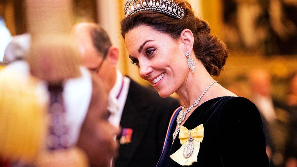 Katalin hercegné, ruháján a II. Erzsébet királynőtől kapott királyi családi rangjelzéssel.