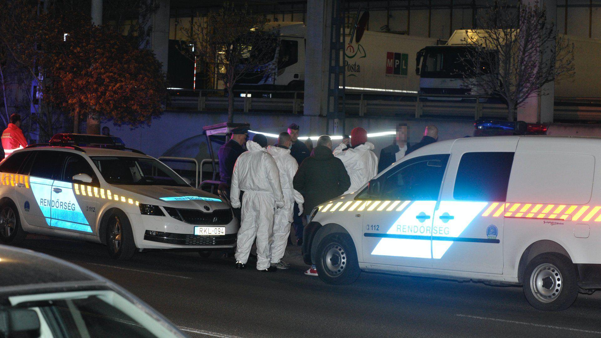 Bűnügyi helyszínelők dolgoznak 2020. április 3-án éjszaka Budapesten, az Orczy térnél, ahol megöltek egy férfit (fotó:MTI/Mihádák Zoltán)