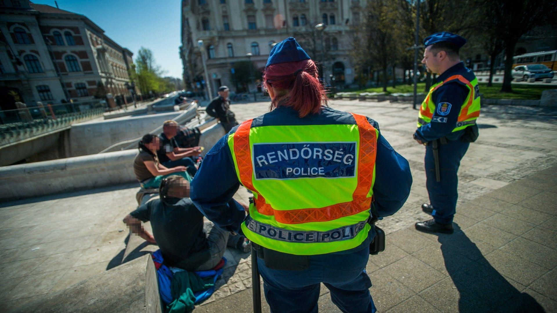 Rendőrök igazoltatás közben (MTI fotó: Balogh Zoltán)