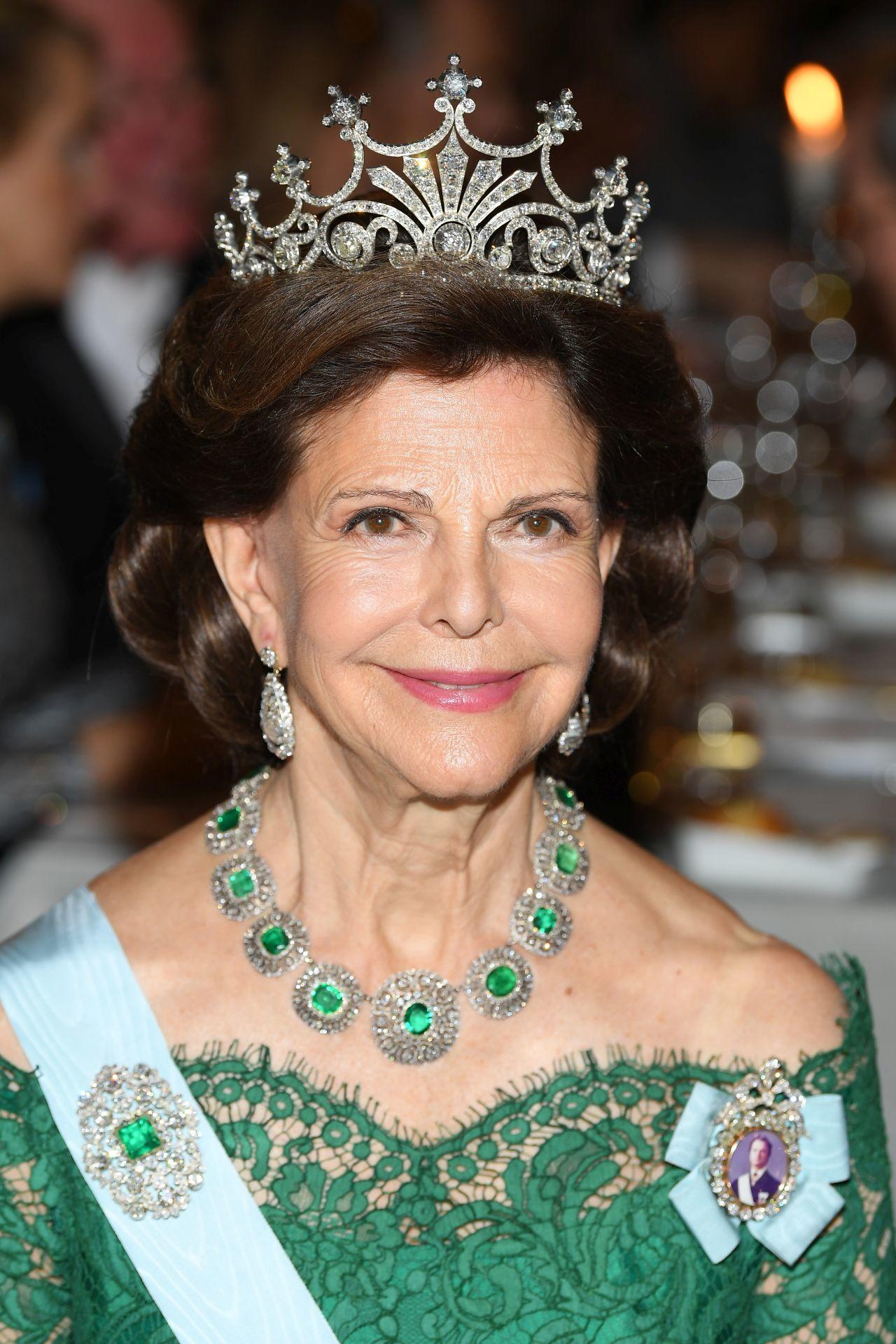 Szilvia svéd királyné 2018-ban, ruháján a királyi családi rangjelzés.