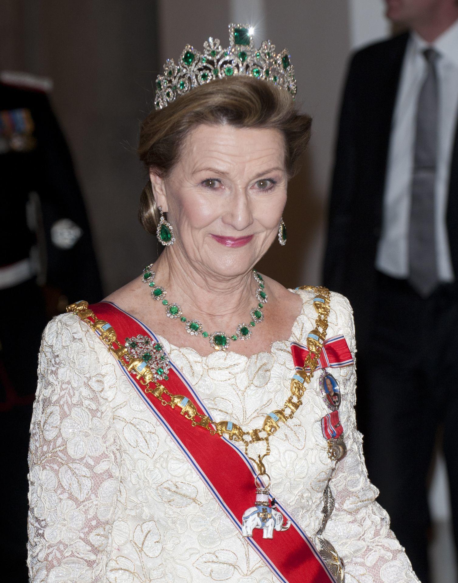 Szonja norvég királyné, ruháján a királyi családi rangjelzéssel.