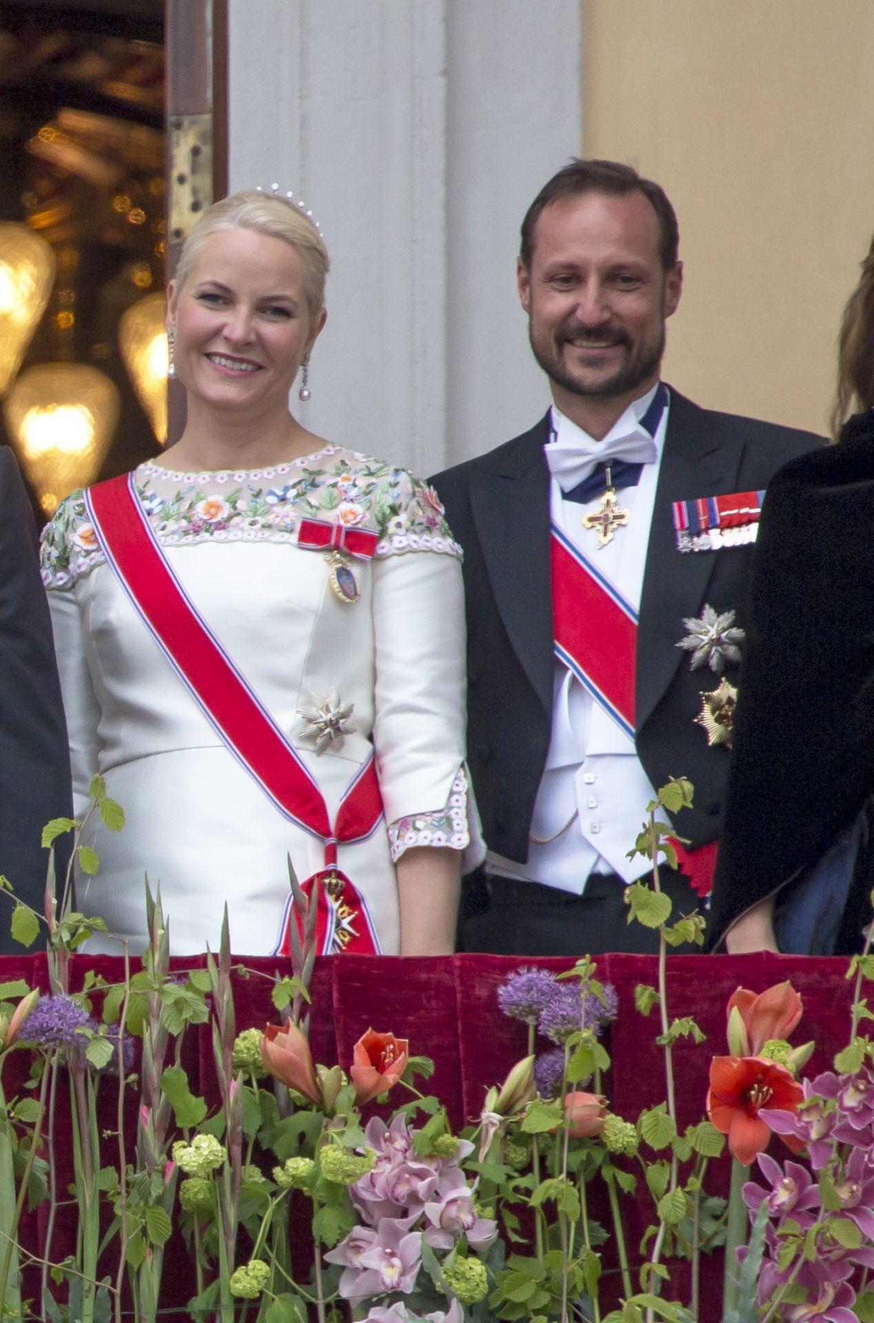 Mette-Marit norvég hercegné, ruháján a királyi családi rangjelzéssel