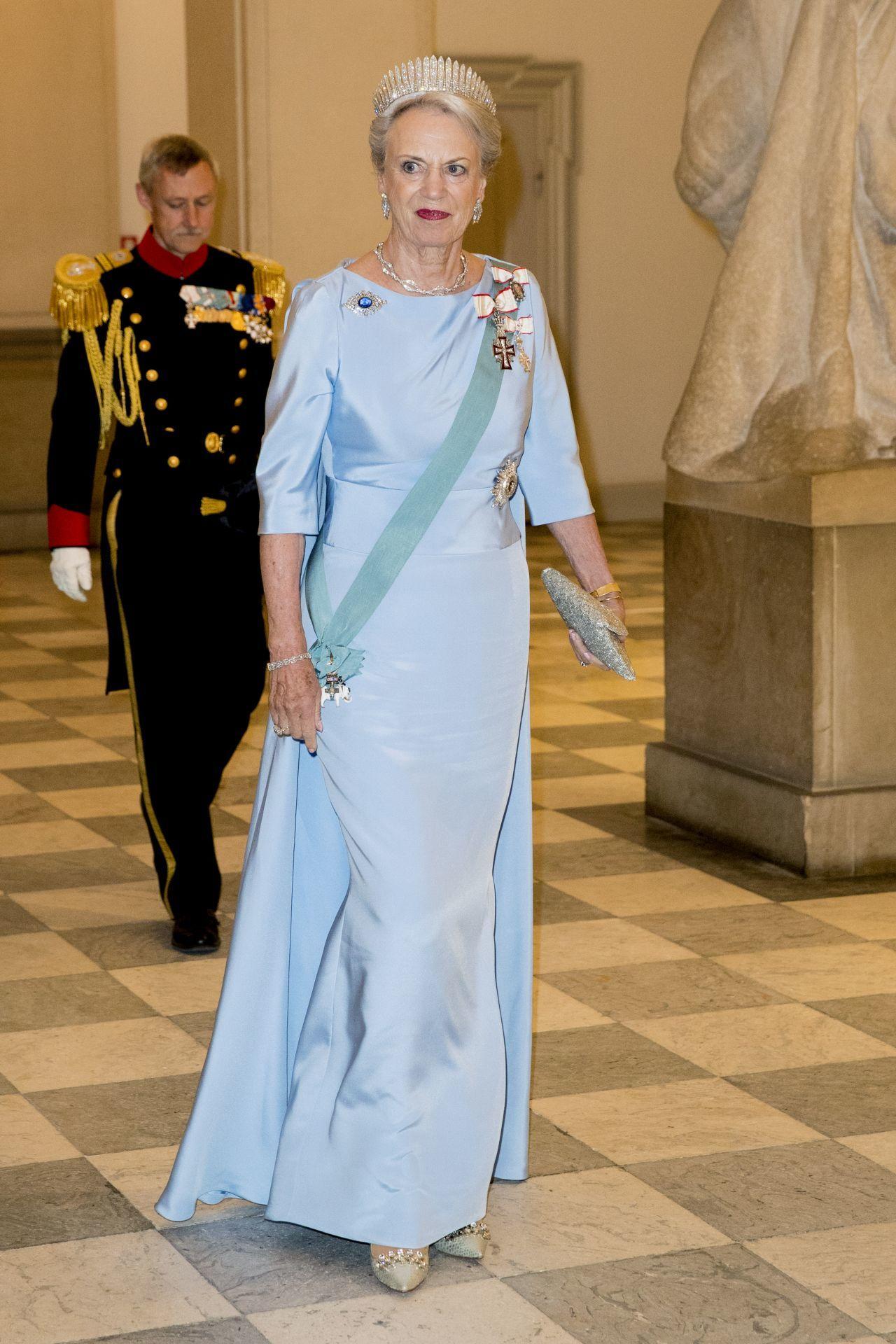 Benedikte dán hercegnő, ruháján a király családi rangjelzéssel.