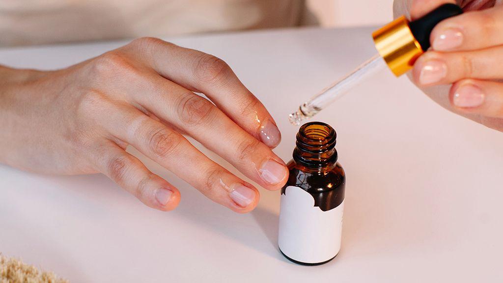 A körömbőr eltávolító folyadékok jó alternatívák lehetnek az elhalt bőrrész kíméletes eltávolításához.