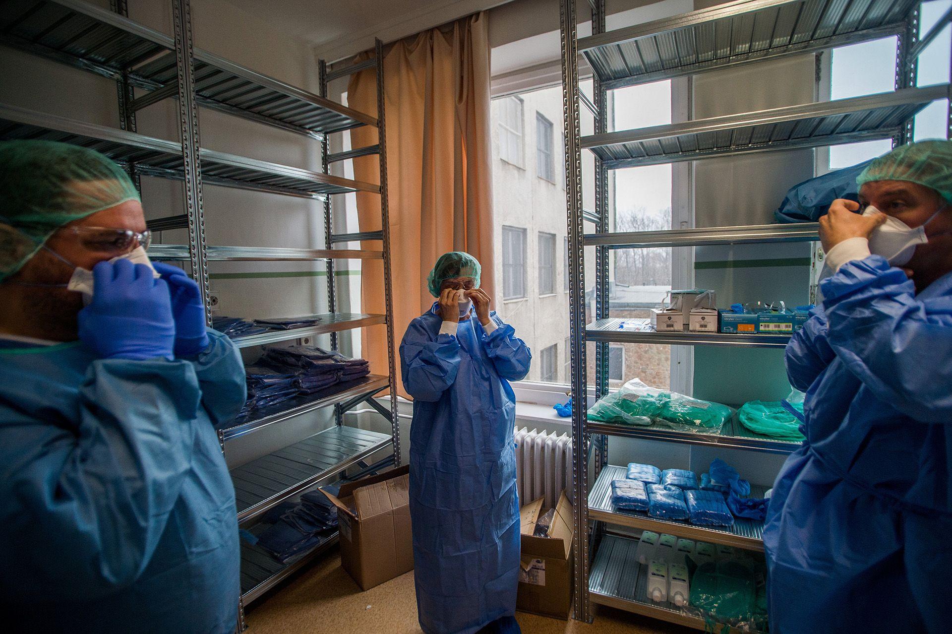 Orvosok védőfelszerelésben a koronavírussal fertőzött betegek fogadására kialakított részlegen az Országos Korányi Pulmonológiai Intézetben 2020. március 25-én.Fotó: MTI/Balogh Zoltán