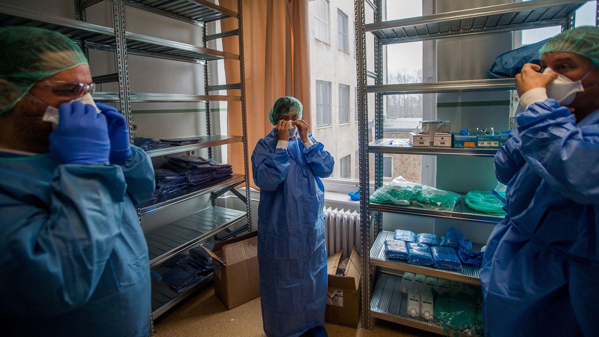 Orvosok védőfelszerelésben a koronavírussal fertőzött betegek fogadására kialakított részlegen az Országos Korányi Pulmonológiai Intézetben 2020. március 25-én (fotó: MTI/Balogh Zoltán)