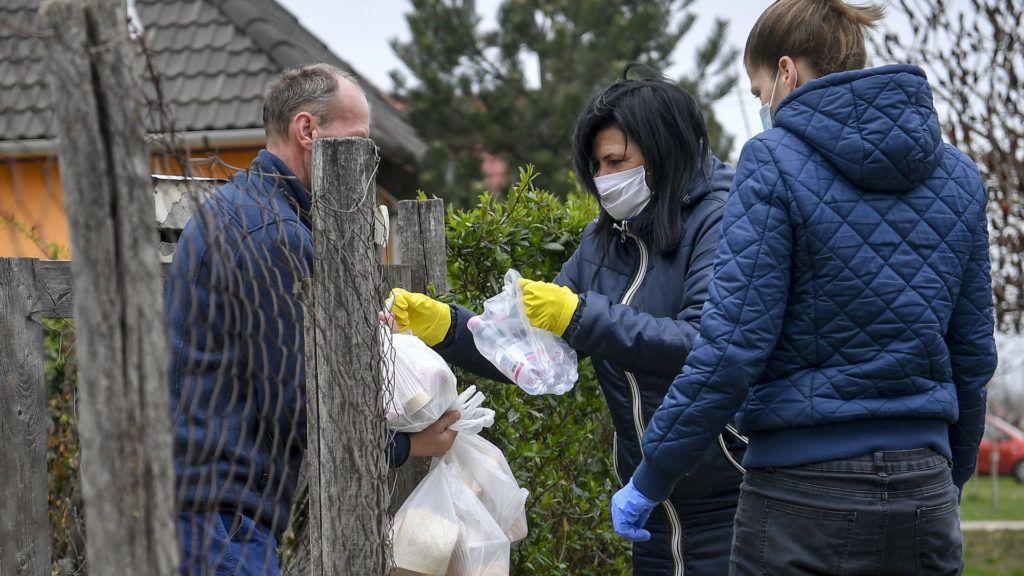Önkéntesek ételt szállítanak ki Hajdúböszörményben, az idős- és gyermekétkeztetést igénylők számára, a járvány idején (Fotó: MTI/Czeglédi Zsolt)
