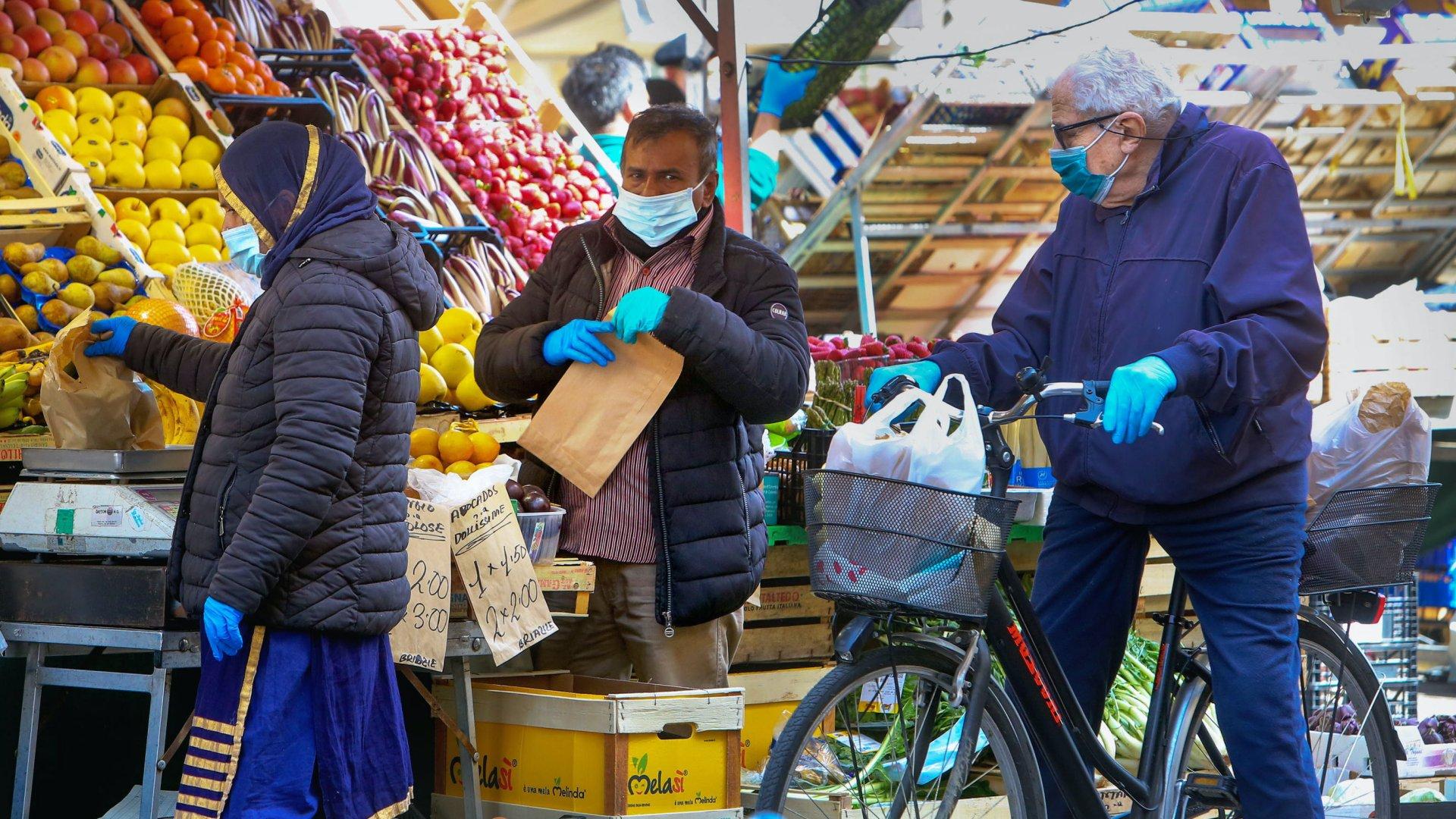 gumikesztyűs és szájmaszkos vásárlók a piacon