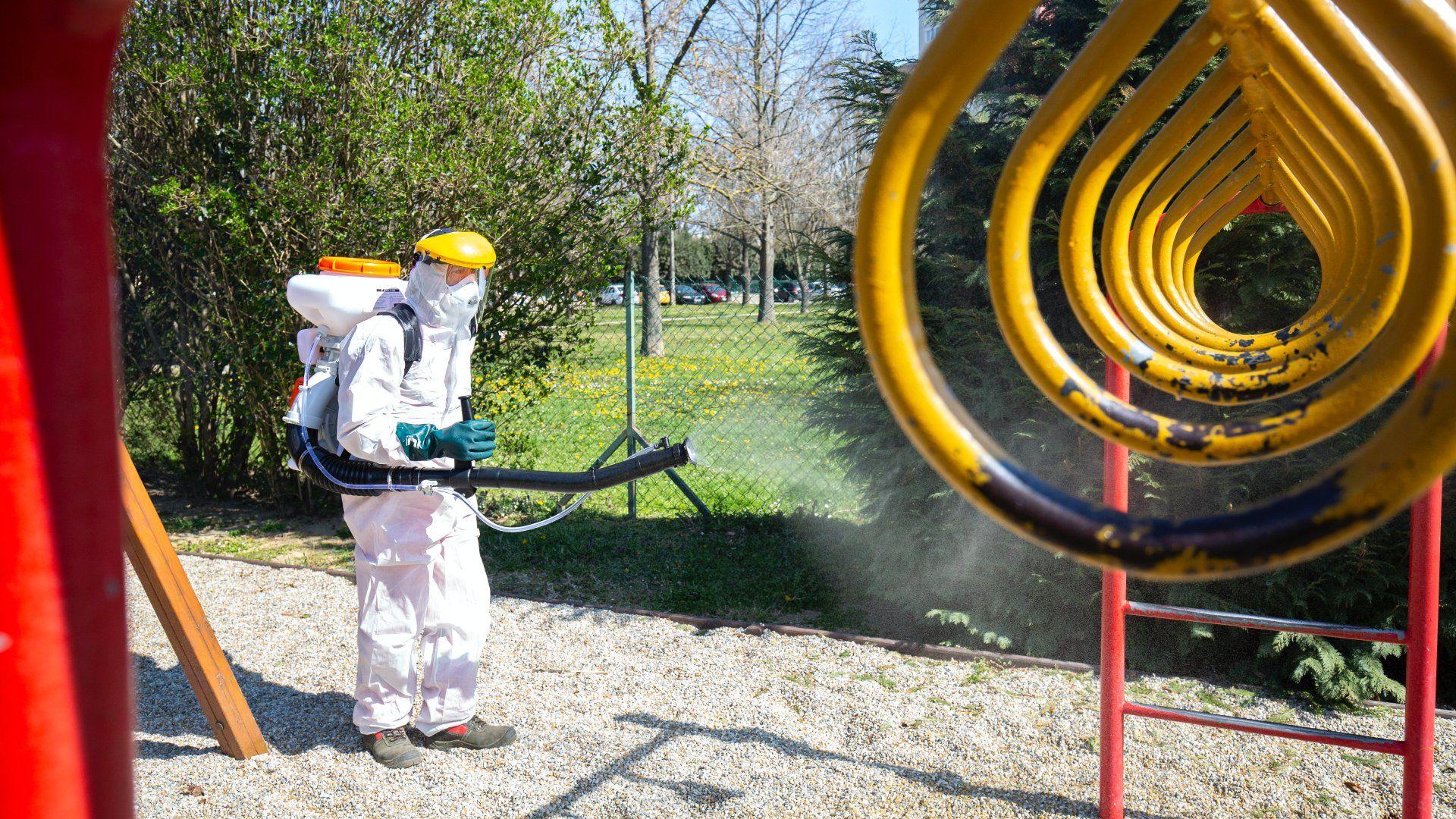 Játszótéri mászókát mos le fertőtlenítőszeres vízsugárral a koronavírus-járvány miatt a Netta-Pannonia Környezetvédelmi Kft. munkatársa Nagykanizsán, a Mező Ferenc téren 2020. április 1-jén (Fotó:MTI/Varga György)