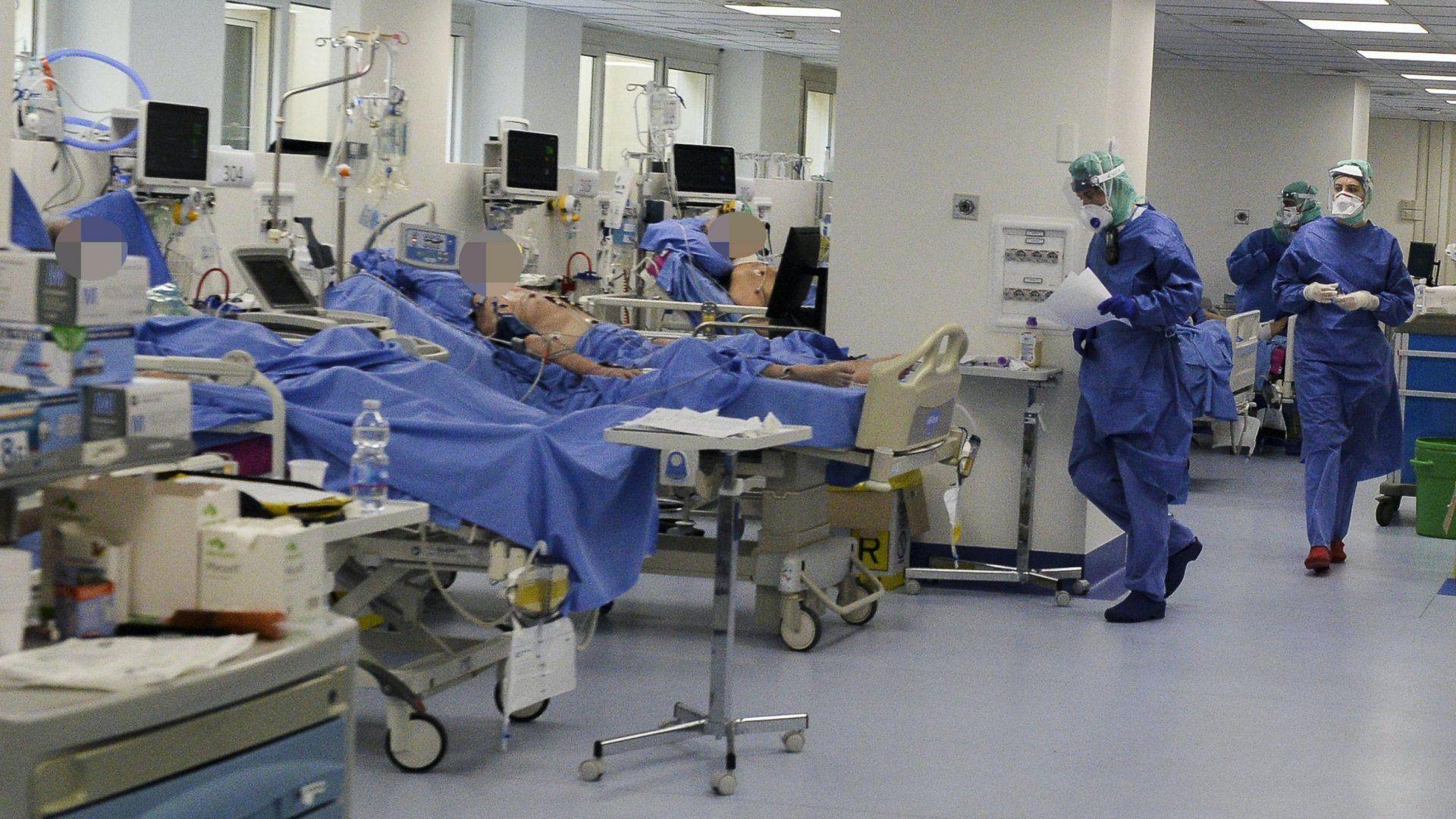 Az új koronavírus okozta megbetegedések kezelésére a bresciai Poliambulanza kórház fizikoterápiás tornatermében létesített tizenöt ágyas intenzív osztály 2020. március 30-án (Fotó: MTI/EPA/ANSA/Andrea Fasani)