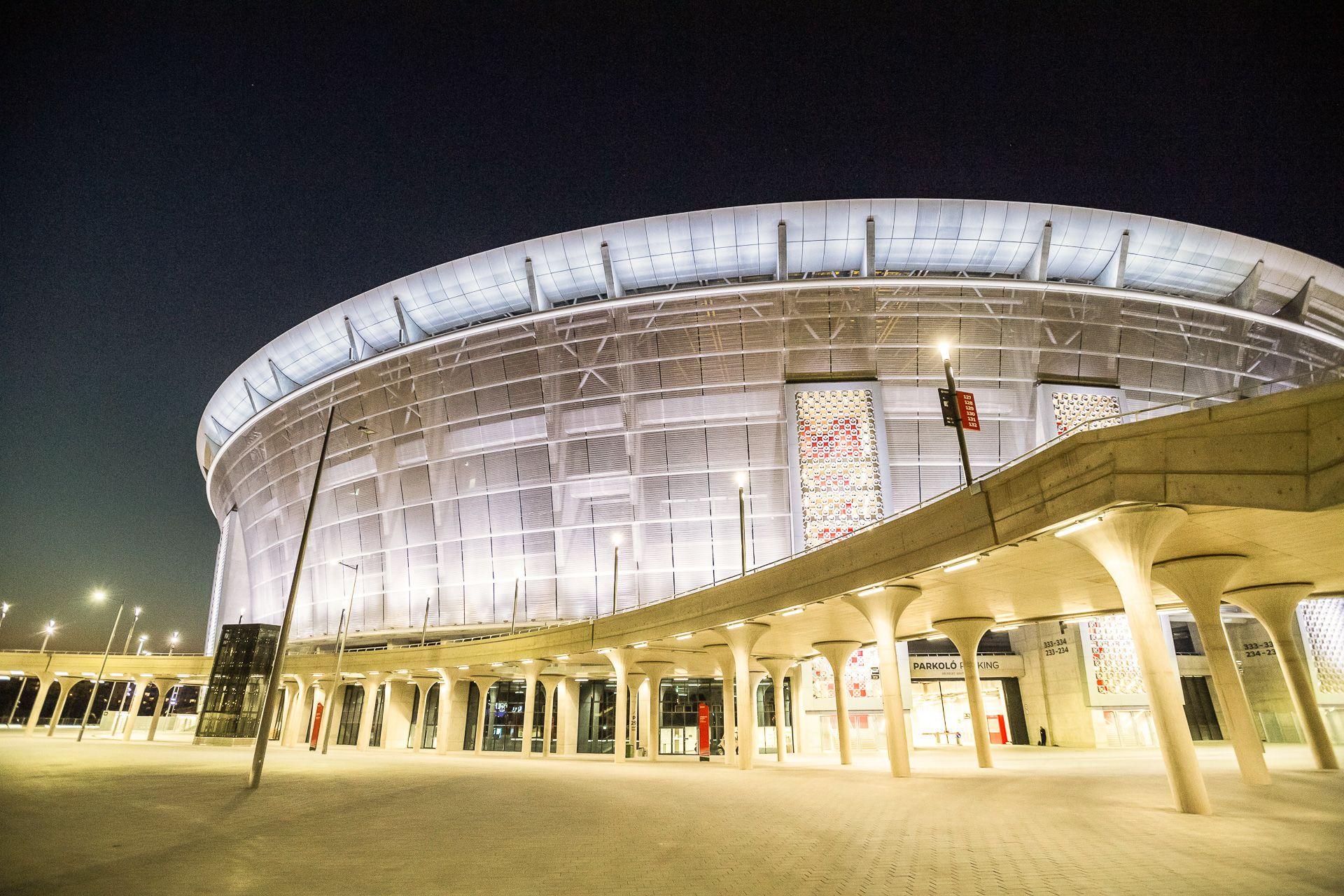 A koronavírus-járvány ellen küzdő egészségügyi dolgozók tiszteletére fehér fénnyel világítják ki a Puskás Ferenc Stadiont 2020. április 4-én (fotó: MTI/Mónus Márton)