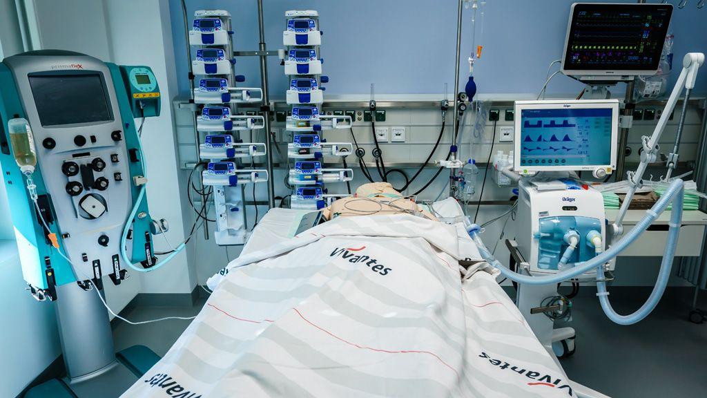 Lélegeztetõgépre kapcsolt orvosi gyakorlóbábu a berlini Vivantes Humboldt klinikán (Fotó: MTI/EPA/Clemens Bilan)