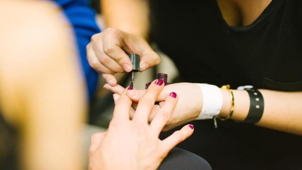 A levélbedobó nyíláson keresztül teljesen biztonságosan lehet körmöt reszelni. Fotó: Kris Atomic on Unsplash