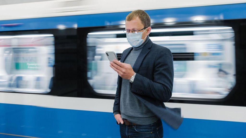 Maszkban áll egy férfi a metrómegállóban