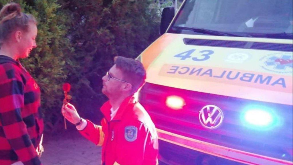 Szabó Balázs megkéri barátnője kezét a mosonmagyaróvári mentőállomáson