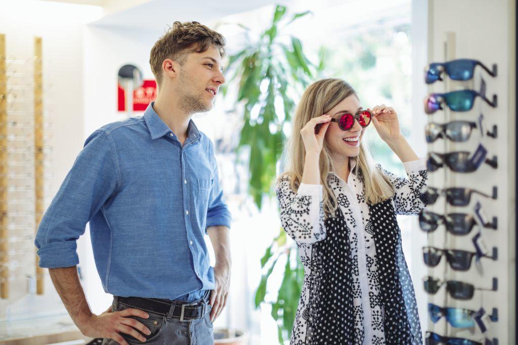 Érdemes felpróbálni több napszemüveget is vásárlás előtt, hogy biztosan jót válasszunk.