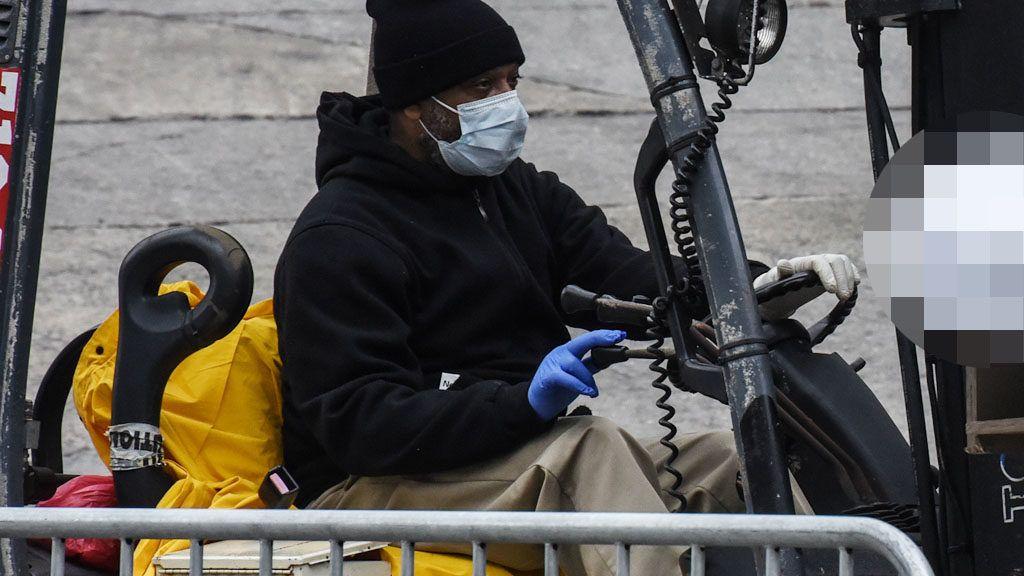 Egy munkás targoncával emeli be a holttesteket a Brooklyn Kórház mögött, New York-ban (Fotó: Stephanie Keith/Getty Images)