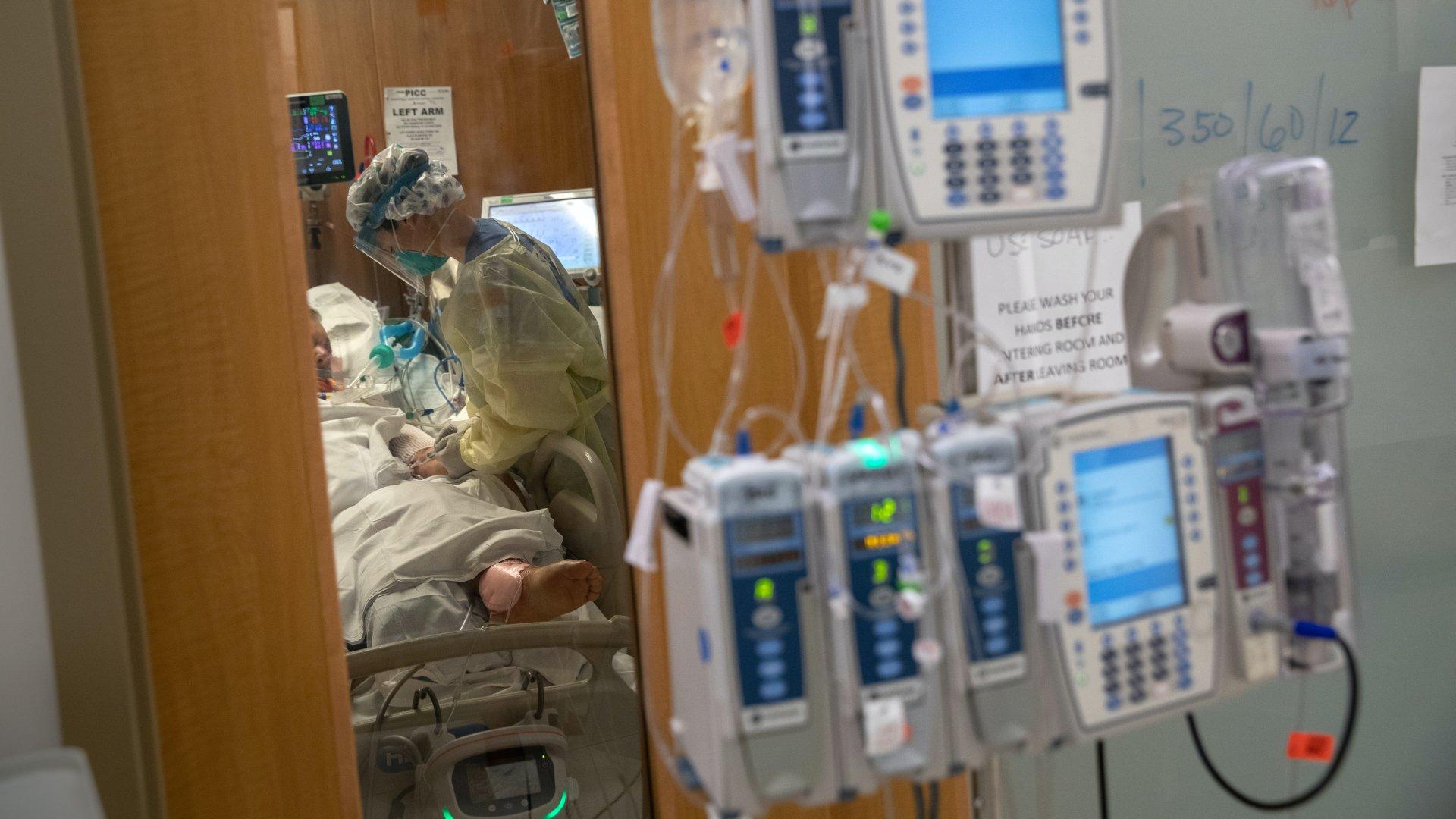 Orvos egy koronavírusos betegnél a kórházban.