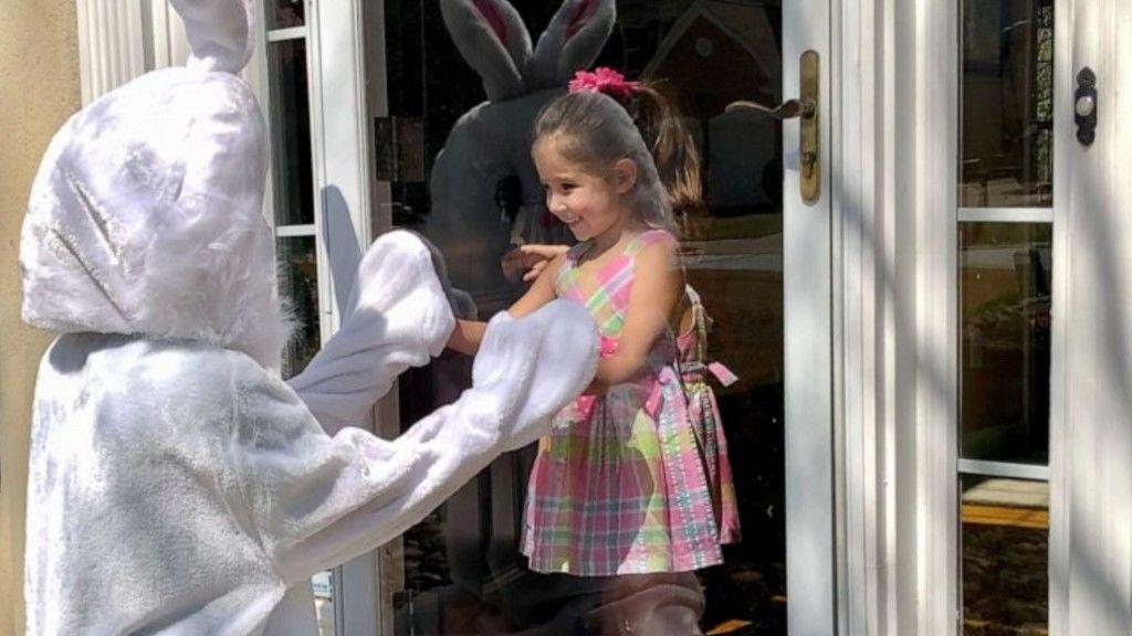 Nyuszinak öltözött az orvos húsvétra, hogy lelket öntsön a környék gyerekeibe