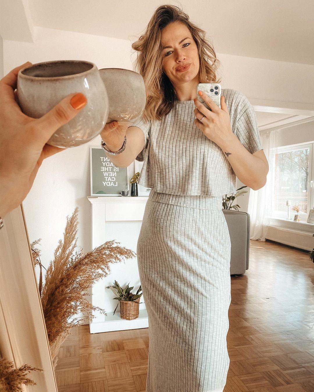 Már látványra is kényelmes lehet egy ilyen bordázott anyagú, pamut ruha. (Fotó: Instagram/_bellabecca_)