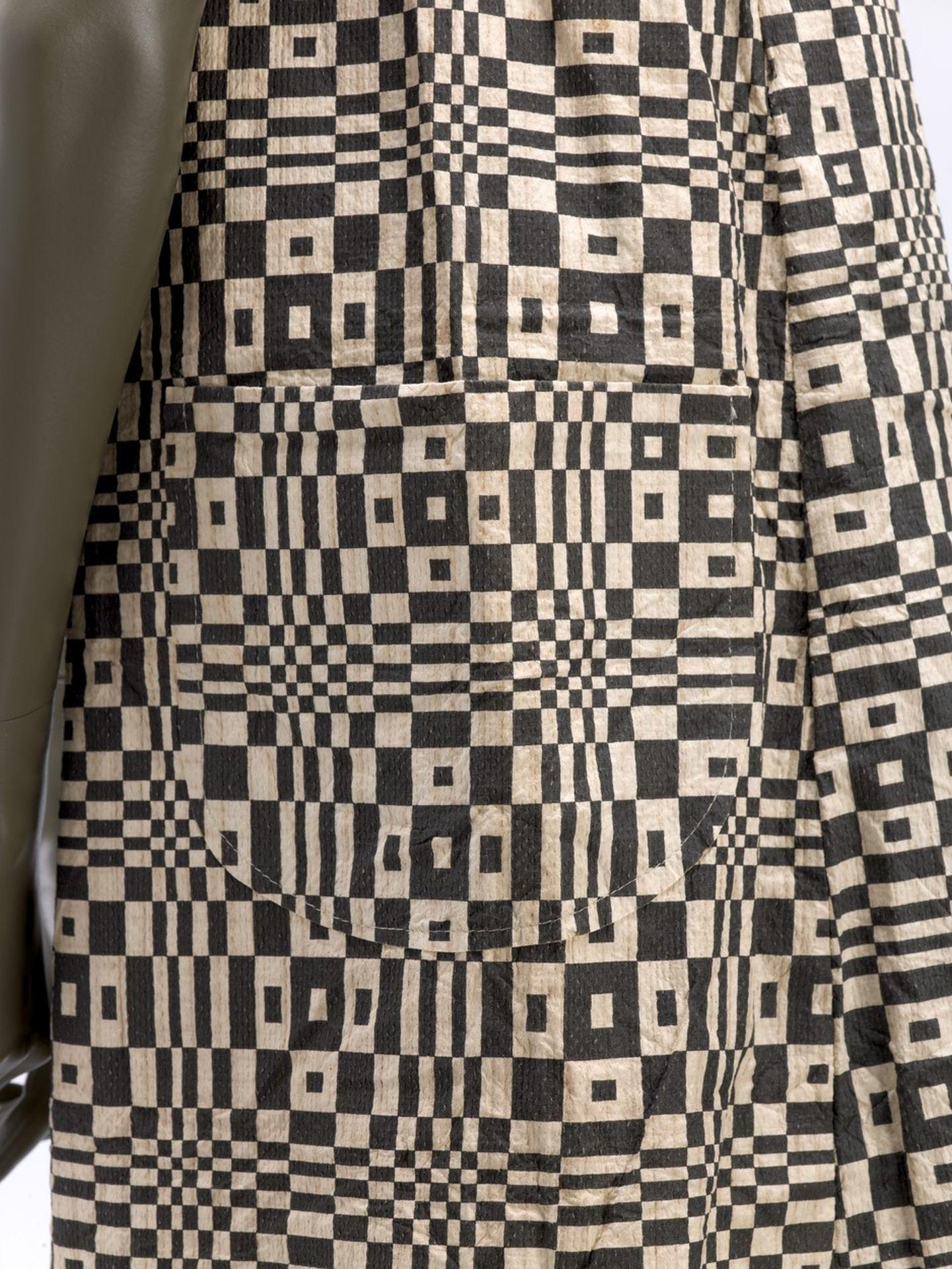 A Scott Paper Company 1966-os op-art mintás papírruhája közelről.