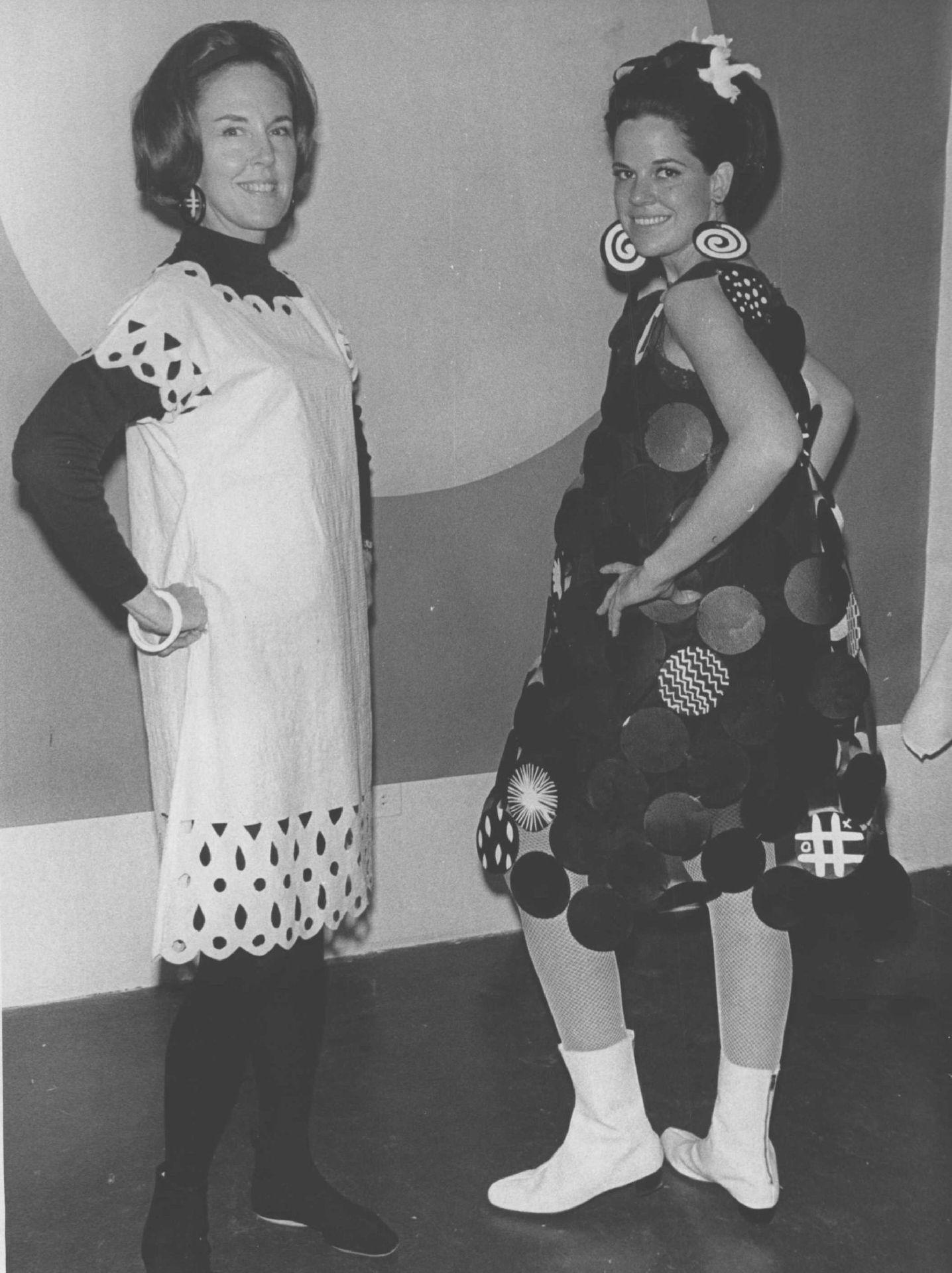 Egy 1967-es divatbemutató modelljei, papírruhákban.