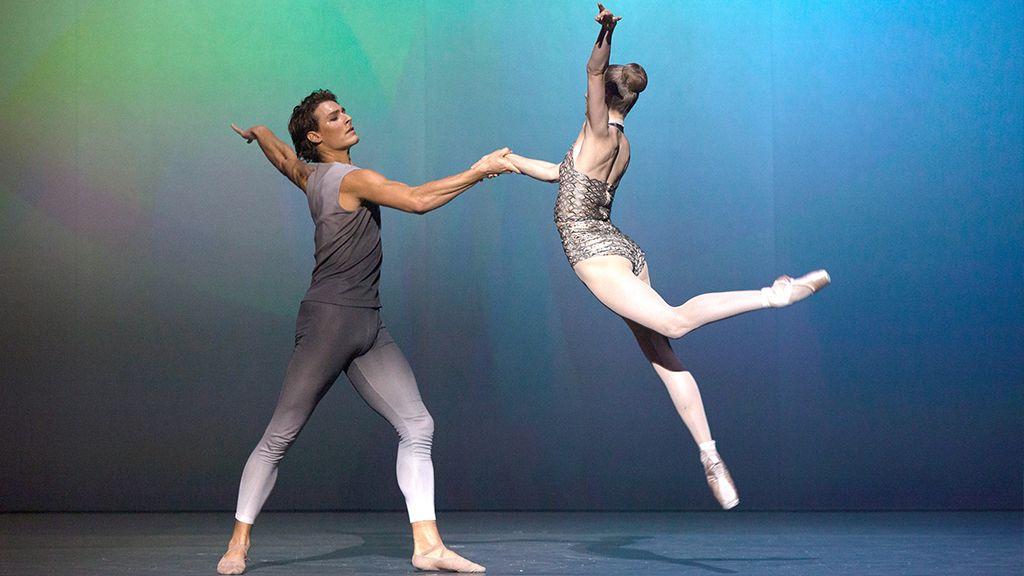 A Párizsi Opera Balett táncosai a Garnier Palota színpadán.
