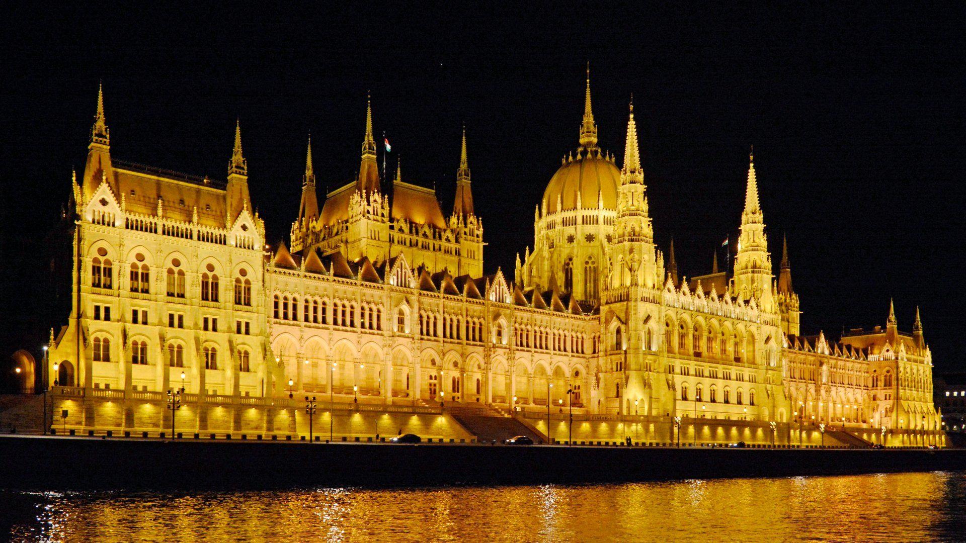 A Parlament épülete este.