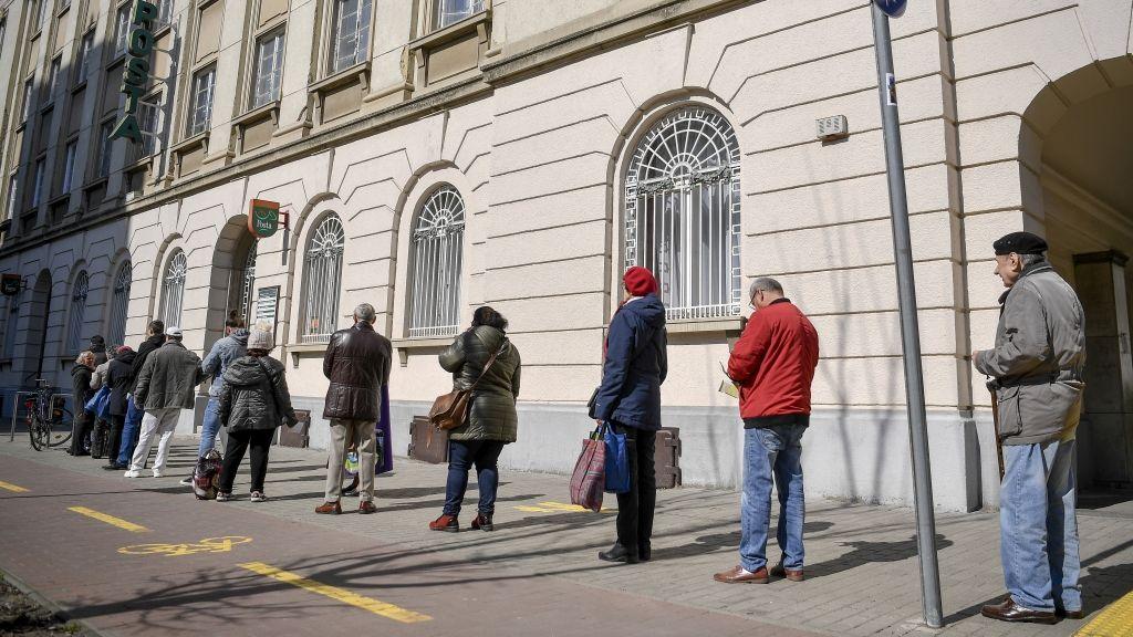 Sorban állók a Hatvan utcai posta előtt Debrecenbe