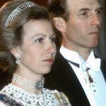 Anna hercegnő 1983-ban, ruháján a királyi családi rangjelzés.
