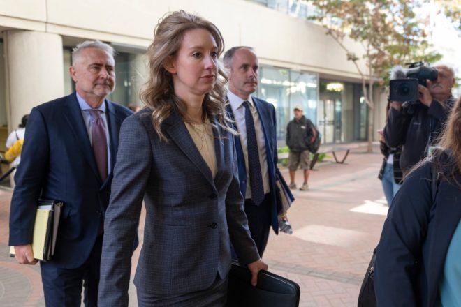 Elizabeth Holmes és ügyvédei a nő meghallgatásán