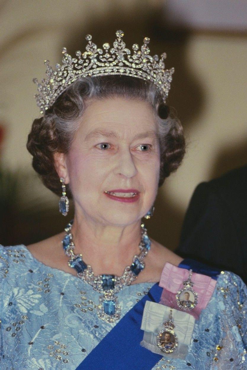 II. Erzsébet királynő, ruháján a királyi családi rangjelzéssel