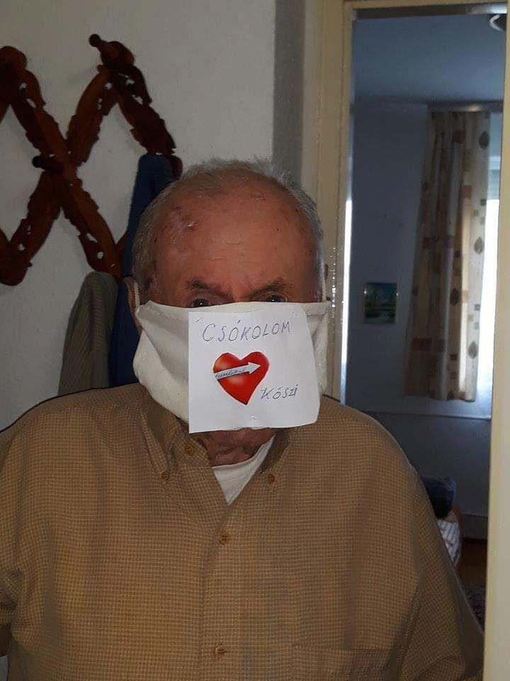 Egyedi készítésű szájkmaszkban az egyik lakó a csepeli Olajág Idősek Otthonában (Fotó: magánarchívum)