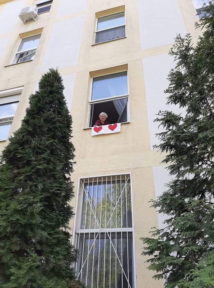 Transzparens a Csepeli Olajág Idősek Otthonának ablakában (Fotó: magánarchívum)