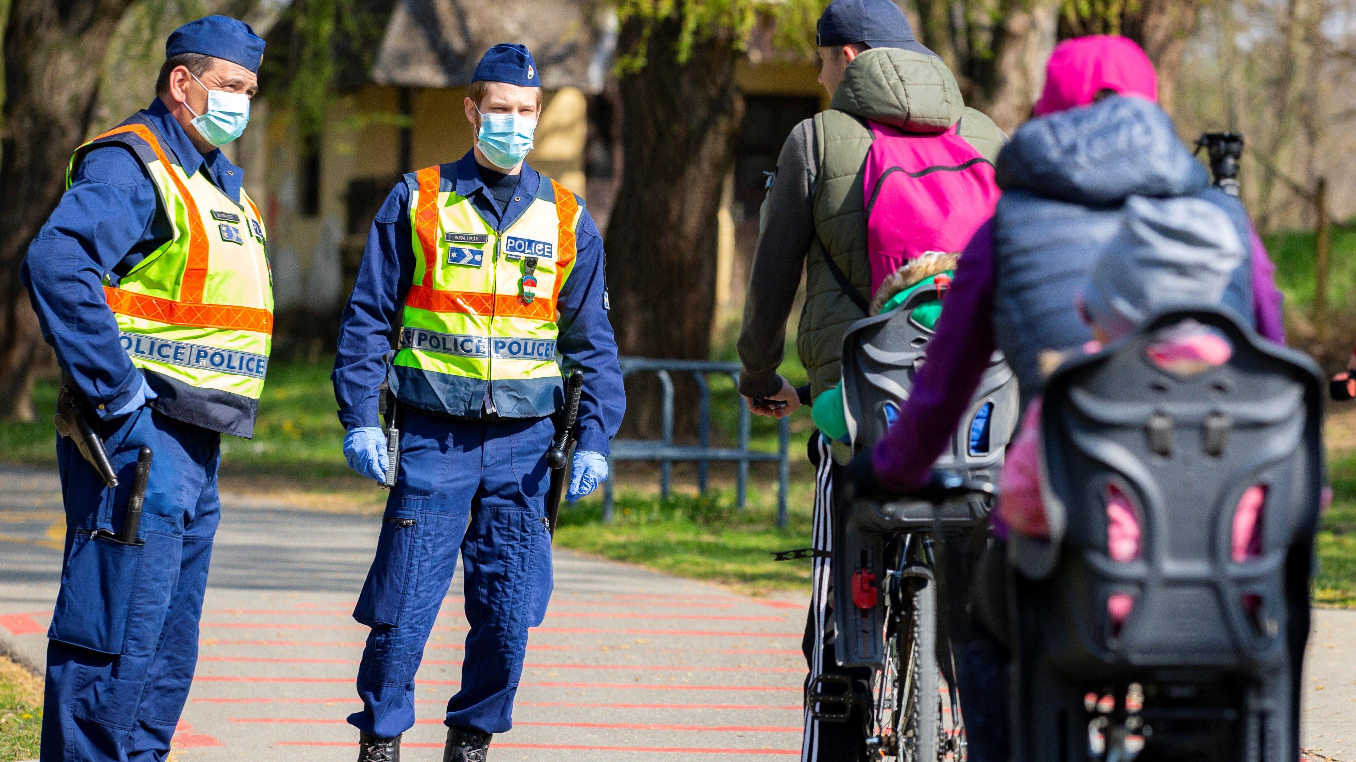 """A rendőrség a közterületeken """"megnyugtató, segít, empatikus és lojális intézkedésekkel"""" sarkallja a lakosságot a kijárási korlátozás betartására. (Fotó: MTI/Varga György)"""