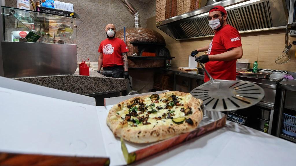 Újra készülnek a pizzák a nápolyi pizzériákban