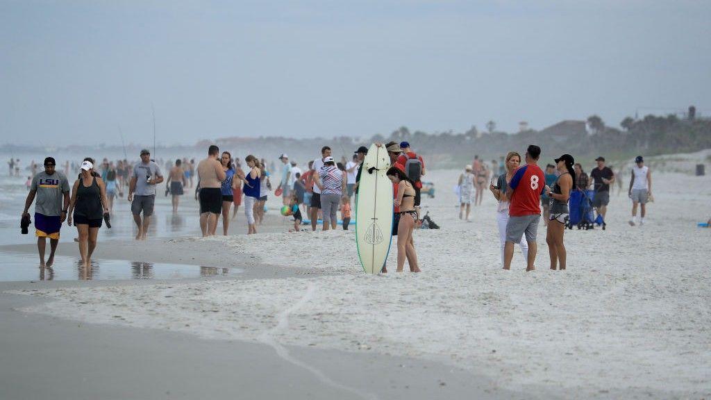 Tömegek rohamozták meg az újranyitott strandokat Floridában
