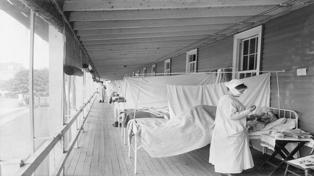 Ápolónő spanyolnáthás betegeket lát el a világjárvány idején, 1918-ban. Forrás: Getty Images