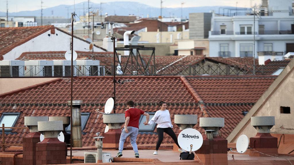 Maradj otthon! Fiatalok a háztetőn táncolnak Madridban. Getty Images