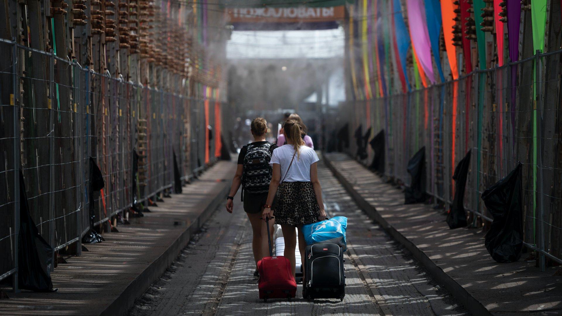 Látogatók érkeznek a Sziget Fesztiválra