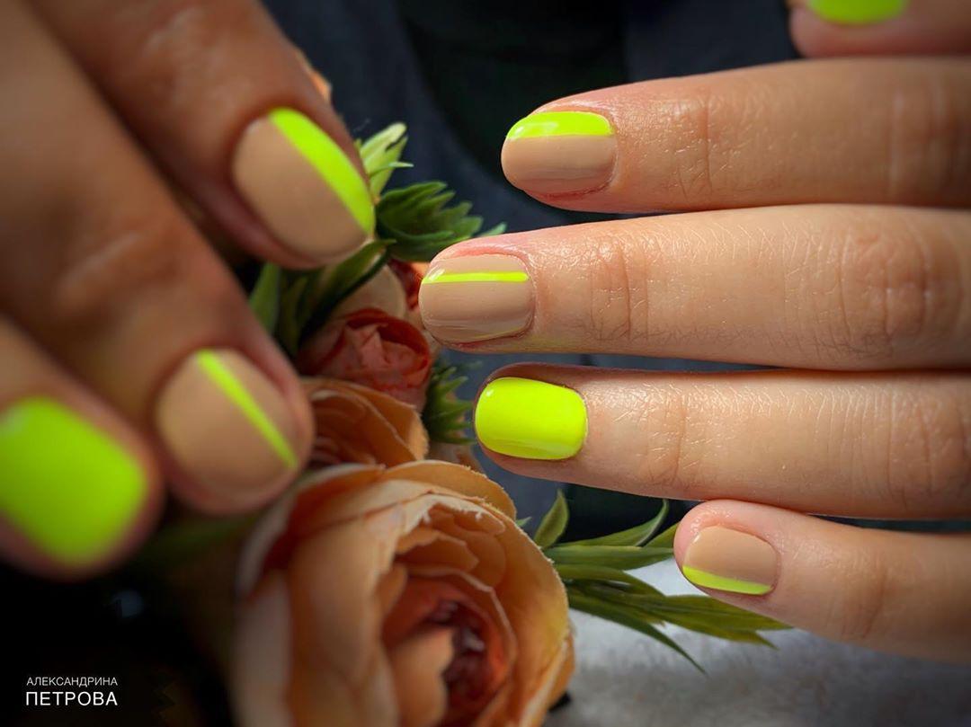 A neon és nude színkombináció nagyon látványos, divatos manikűrt eredményezhetnek.