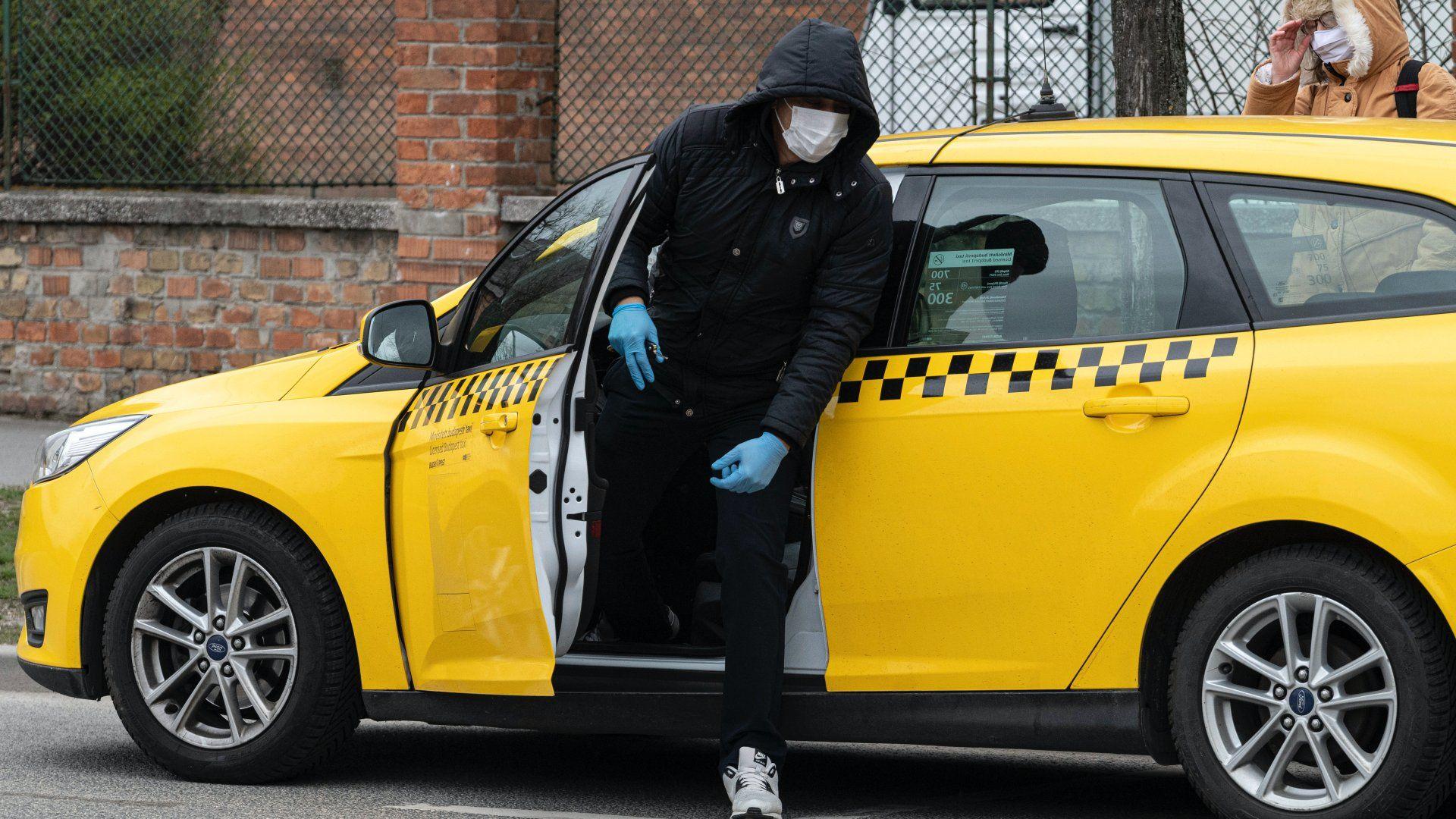 Taxis szájmaszkban