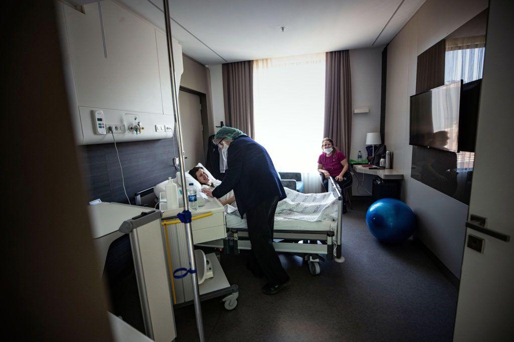 Szülésre váró páciens egy isztambuli kórházban (Fotó: Sebnem Coskun/Anadolu Agency via Getty Images)
