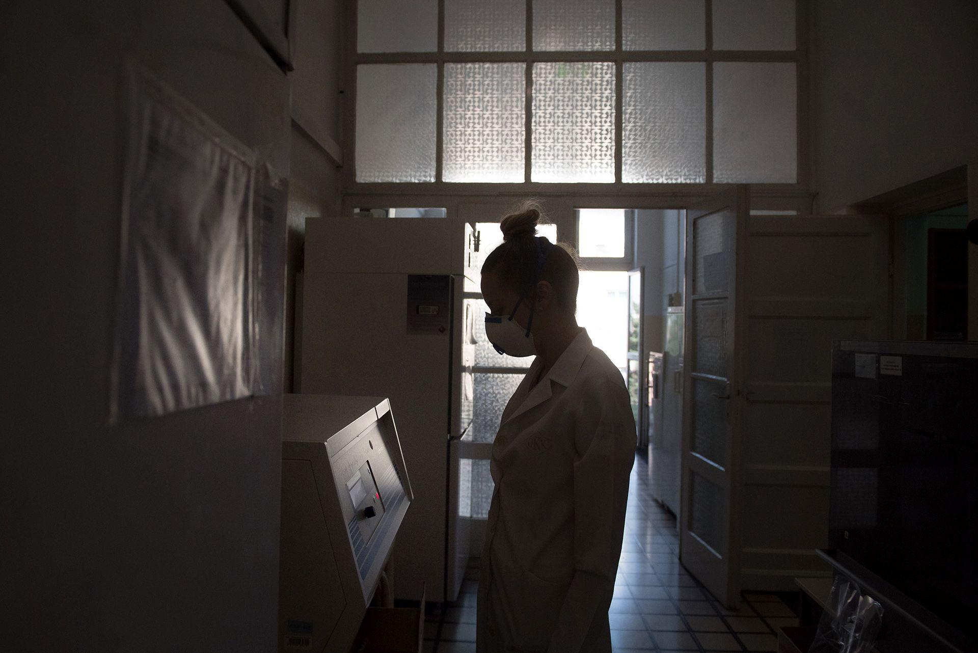 Koronavírus-mintákat tesztelnek az ország legnagyobb, kifejezetten virológiai diagnosztikával foglalkozó laboratóriumában, a Nemzeti Népegészségügyi Központ Virológiai Laboratóriumi Osztályán (fotó: MTI/Koszticsák Szilárd)