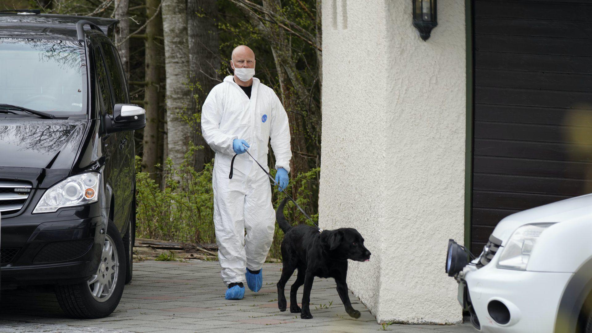 Egy nyomozó kutyával Tom Hagen házánál