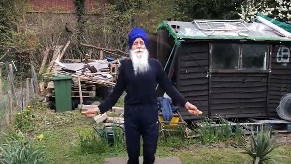 A brit férfi 73 évesen is ugrókötelezik a karanténban és egyben adományokat gyűjt (Fotó: Youtube)
