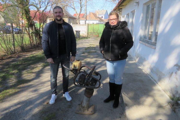 A nyomozók visszaadták az ellopott lapvibrátort a sértettnek (Fotó: Police.hu)