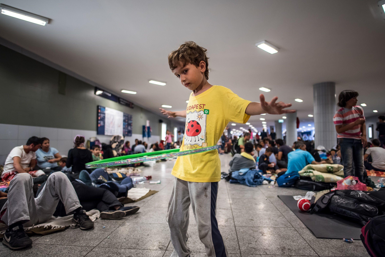 Napok alatt megteltek Budapet pályaudvarai menekültekkel 2015-ben.