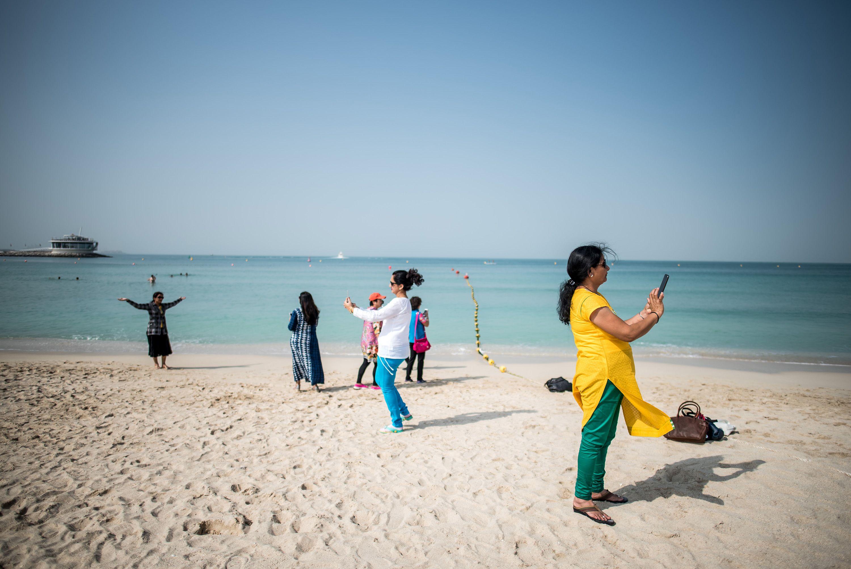 Turisták Dubaj tengerpartján